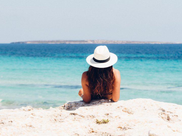 """Il """"Bonus vacanze"""" fa parte delle iniziative previste dal """"Decreto Rilancio"""" e offre un contributo fino 500 euro da utilizzare per soggiorni in alberghi, campeggi, villaggi turistici, agriturismi e bed & breakfast in Italia. Può essere richiesto e speso dal 1° luglio al 31 dicembre 2020."""